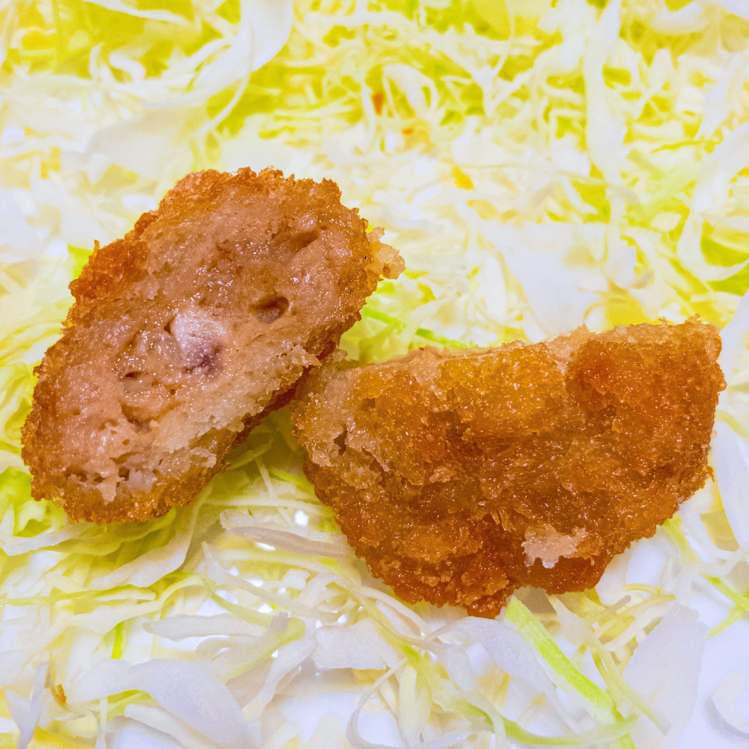 肉のハナマサで販売しているhoteiやきとり一口鶏メンチカツを切った写真