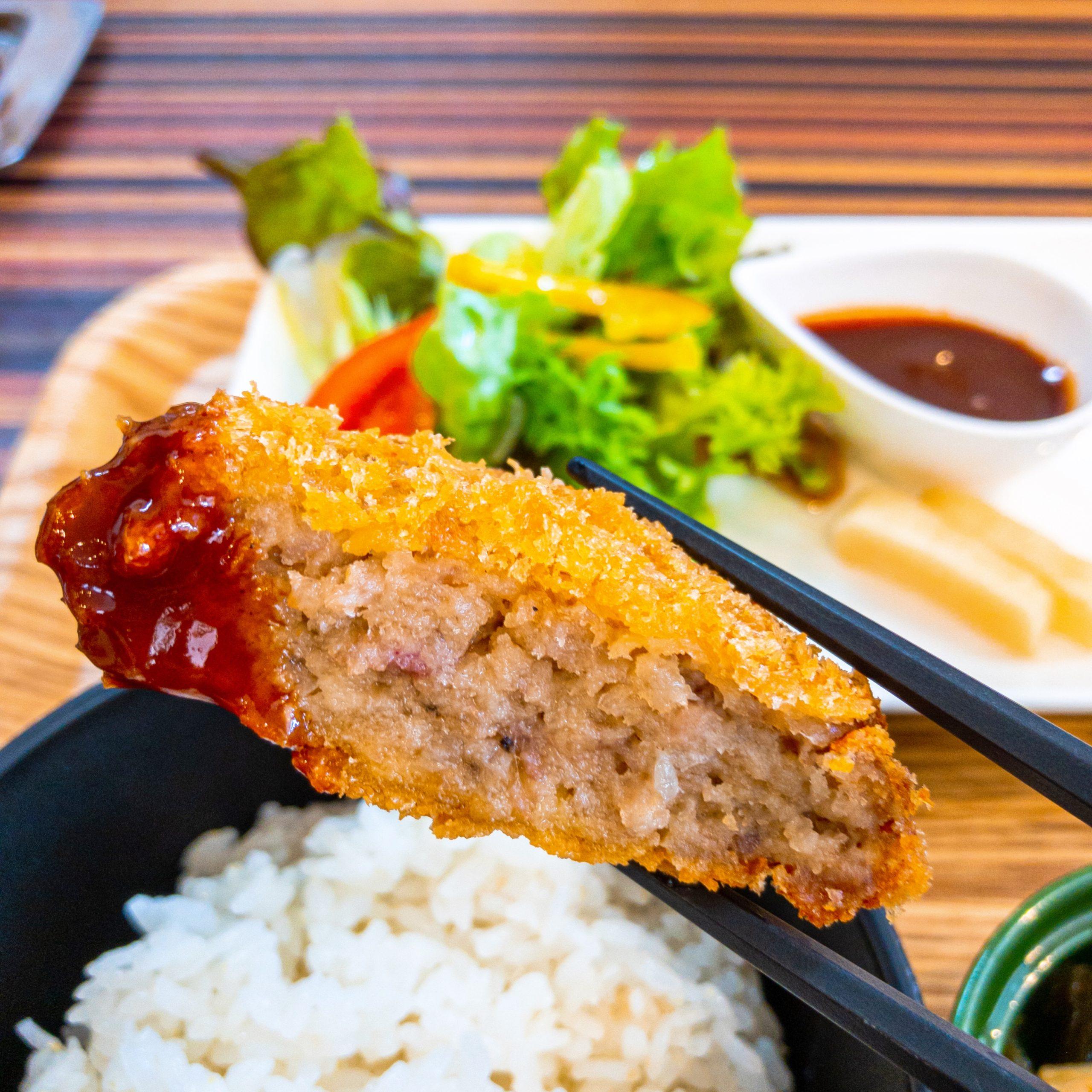 YAKINIKU & STEAK GIN の「お店自慢のお惣菜ランチ」のメンチカツのアップ