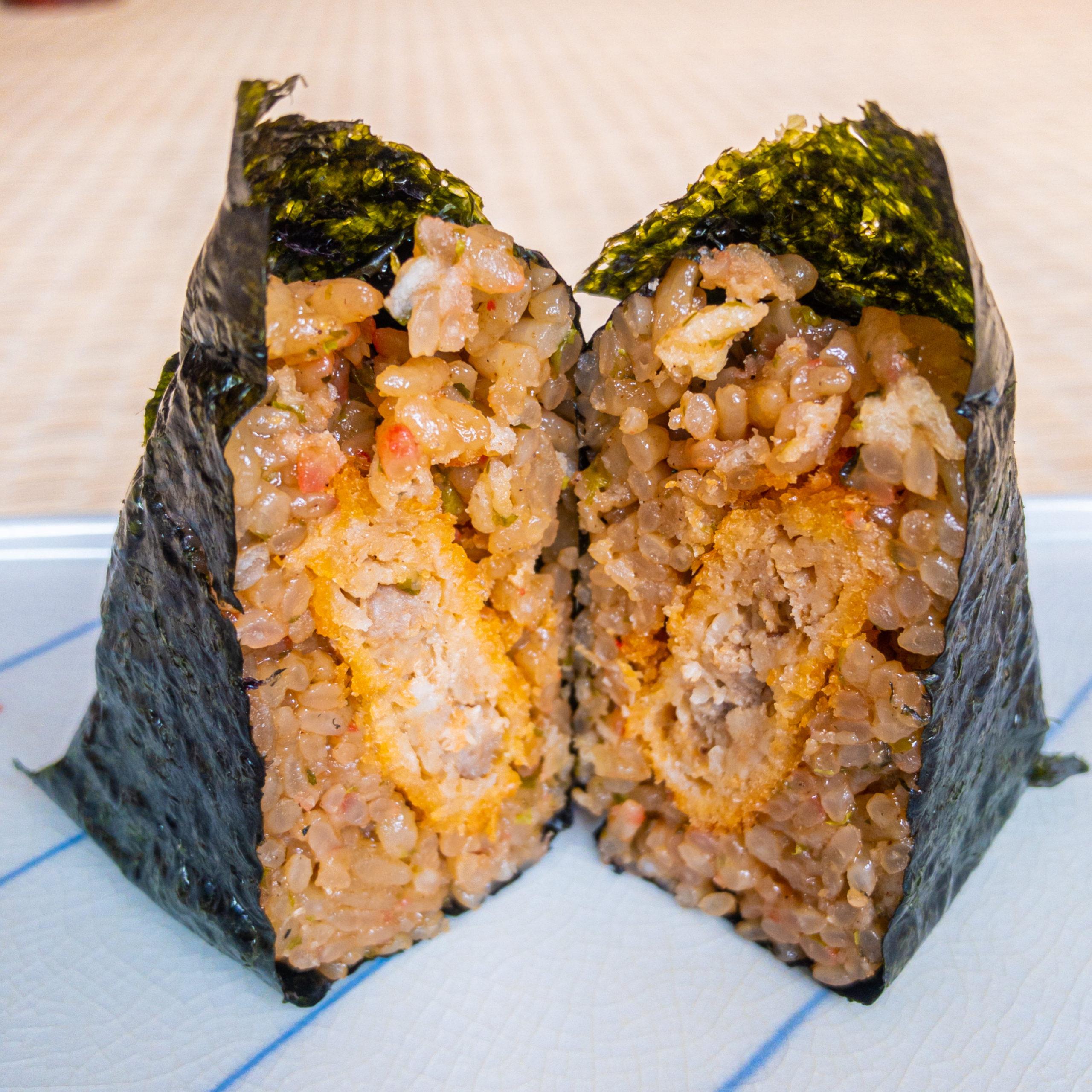 米心石川の「手巻きおにぎり(ひゃくまん穀)金澤メンチ」を切った写真