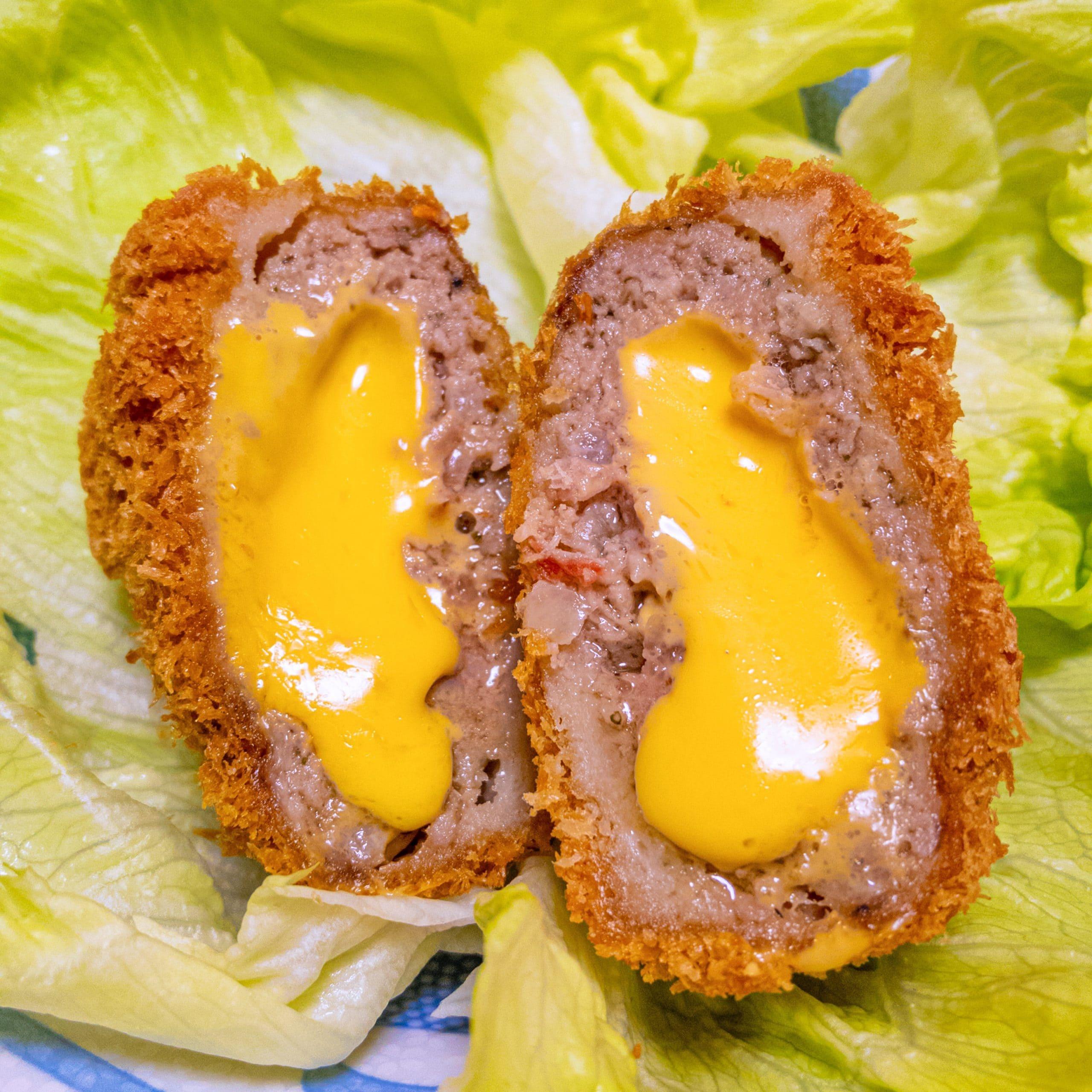 渋谷カツQメンチの「サクとろQチーズメンチ」を切った写真